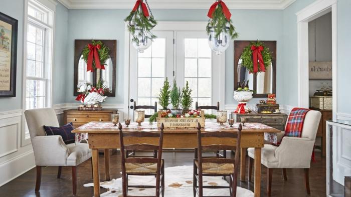 centros de mesa, decoracion tradicional en verde y rojo, coronas de navidad colgadas en las ventanas con grandes cintas rojas, muebles de madera