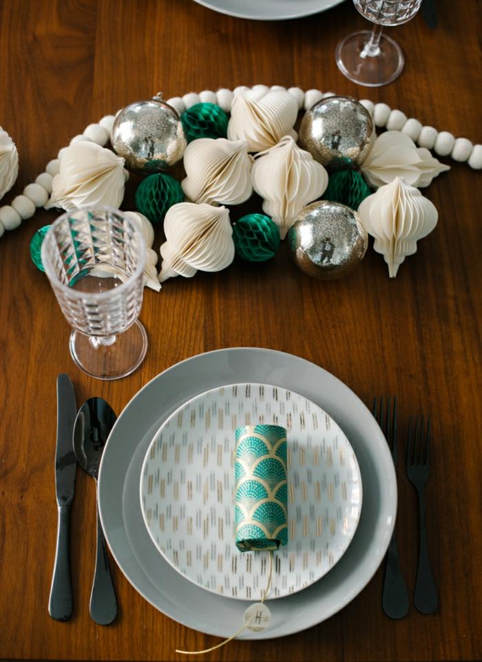 centros de mesa, decoracion de adornos navideños en color champán y verde, manualidades de papel navidad