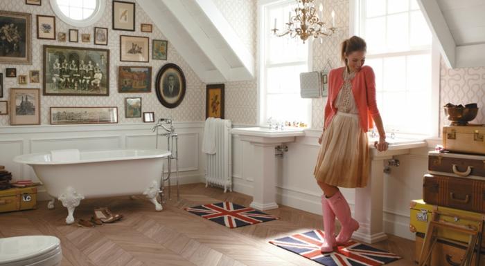 cuartos de baño, ideas para un baño ecléctico, mucha decoración en las paredes, suelo de madera, maletas vintage