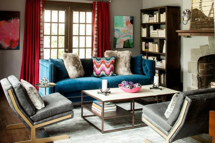 salones modernos, decoración de interiores contemporáneos con objetos de la estética bohemia, sofá de terciopelo azul, cortinas rojas
