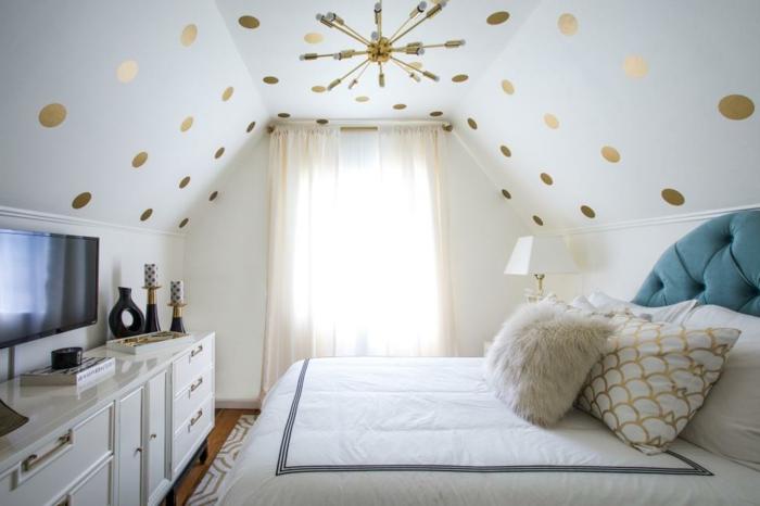 habitaciones modernas, dormitorio pequeño en blanco y detalles en dorado y azul, cama de lujo en azul, techo decorado
