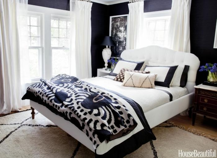 habitaciones modernas, elegante dormitorio en blanco y negro, cama moderna en blanco con cabecero en capitoné, cortinas blancas aireadas, lfombra en beige y negro