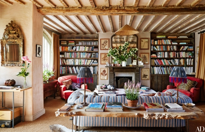 salones modernos, salón grande con biblioteca, grande sofá en tonos pastel, techo con vigas de madera, mucha decoración