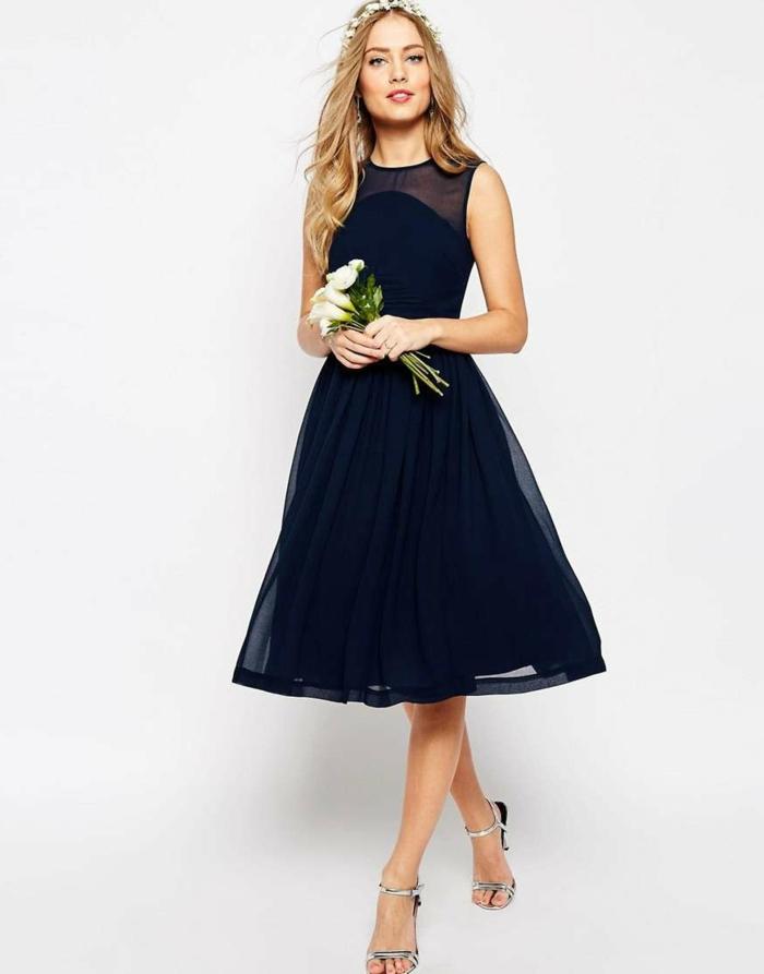 vestidos para bodas, idea clásica para las invitadas de boda, vestido hasta la rodilla, zapatos en color plateado, accesorio con flores
