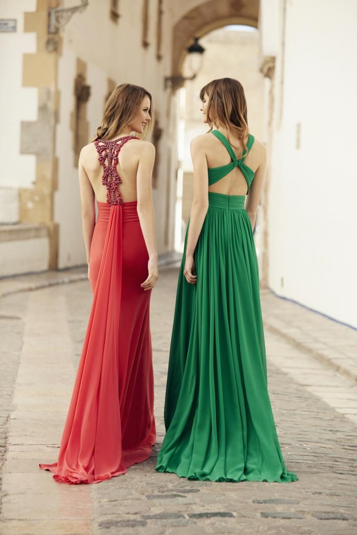 vestidos largos, dos vestidos largos de tejidos ligeros en rojo y verde saturados, espaldas descubiertas con interesantes ornamentos