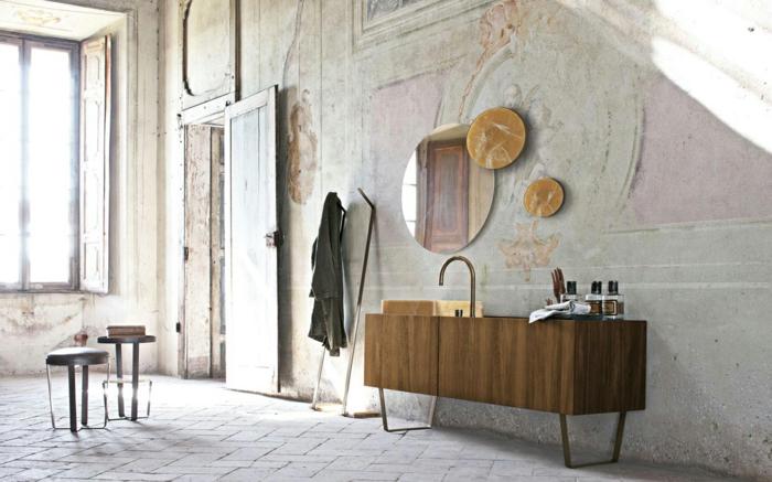 cuartos de baño, baño vintage con paredes de revestimiento viejo, efecto desgastado, espejos ovales de diferente tamaño