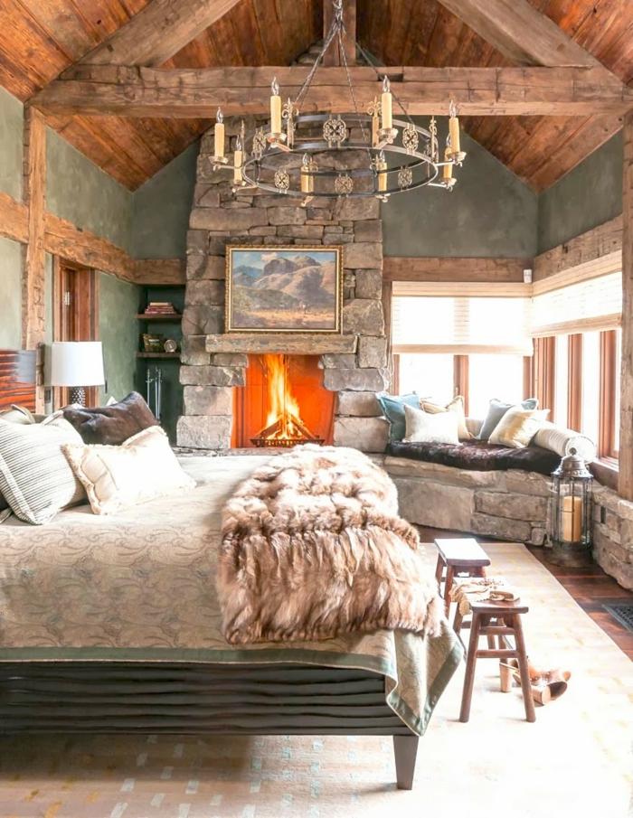 cabañas de madera, precioso dormitorio con objetos vintage en estilo rústico, chimenea de piedra, pequeñas sillas de madera
