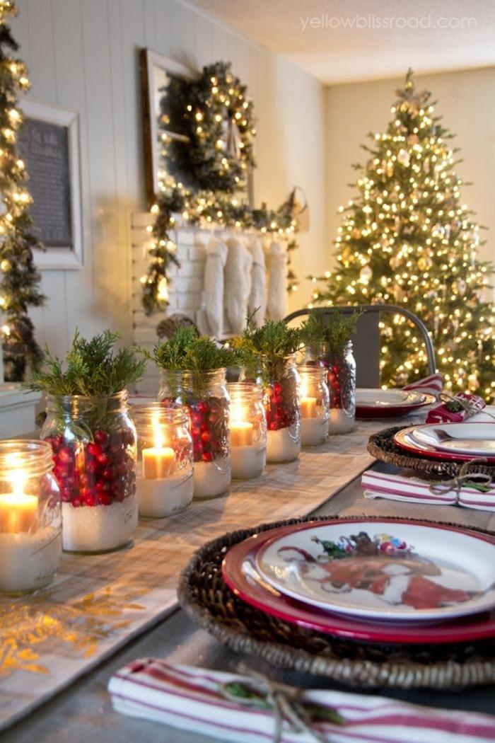 centros de navidad, mesa festiva decorada de frascos llenos de azúcar y acebo, decoración en color oro