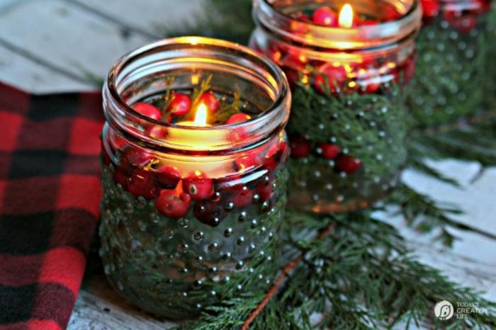 centros de navidad, frascos pequeños ornamentados llenos de agua, acebo y ramas de pino, ideas DIY navidad