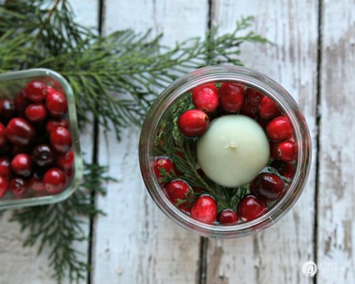 centros de navidad, ideas caseras baratas y originales, velas de navidad puestas en un frasco de vidrio lleno de agua
