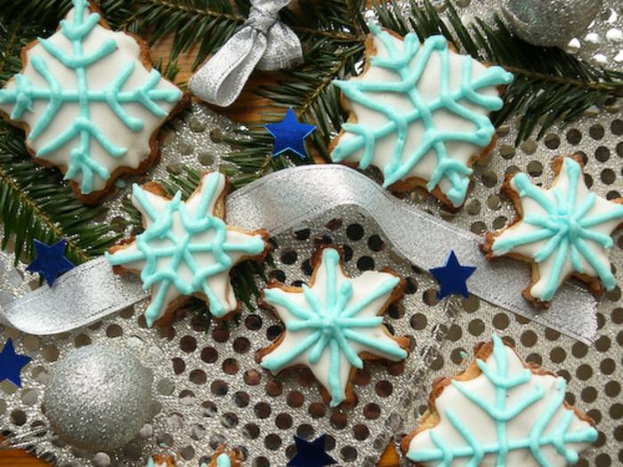 galletas de navidad, galletas navideñas en forma de copos de nieve, bonita decoración con glaseado en azul claro y blanco