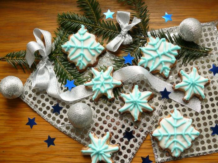 galletas de navidad, idea fresca y festiva, galletas en forma de copos de nieve, glaseado en azul claro