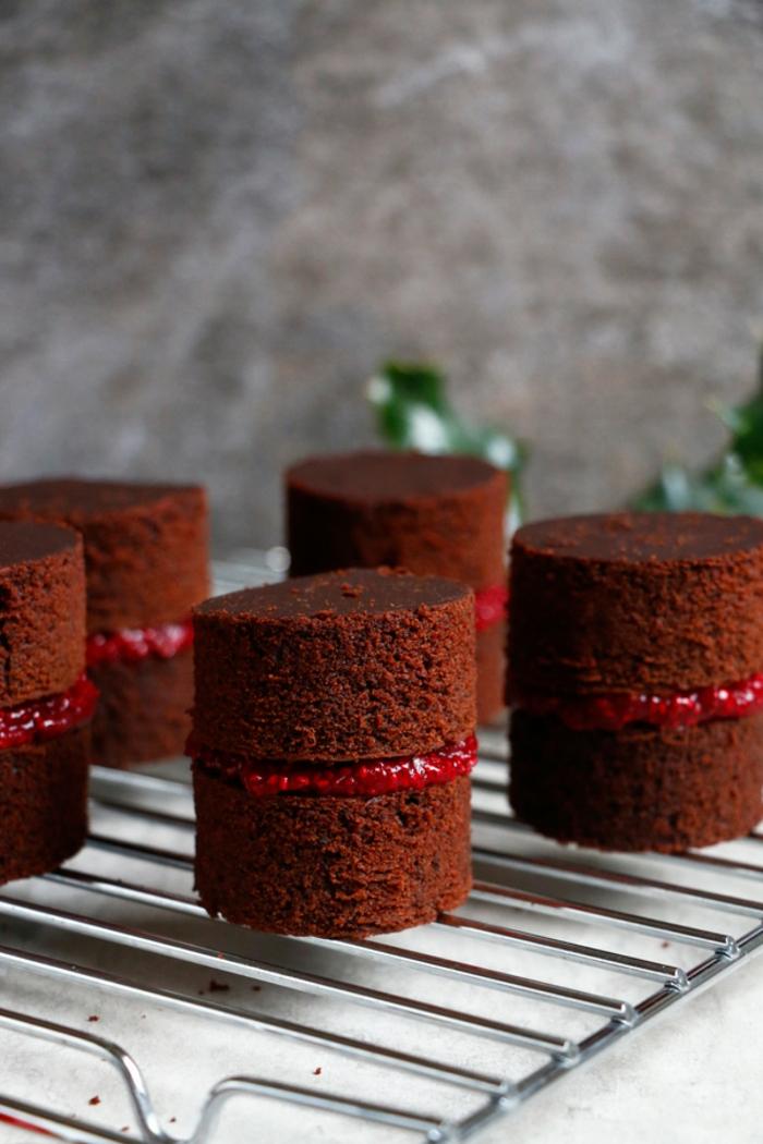 galletas navideñas, ideas de navidad, pastel de ingredientes saludables sin productos de origen animal con mermelada de arándanos
