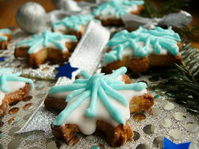 galletas de navidad, recetas para pasteles faciles navidad, biscocho casero decorado con glaseado real en blanco y azul