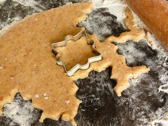 galletas de navidad, mesa para hacer galletas de mazapán, cortar con cortadores de galletas en forma de copos de nieve