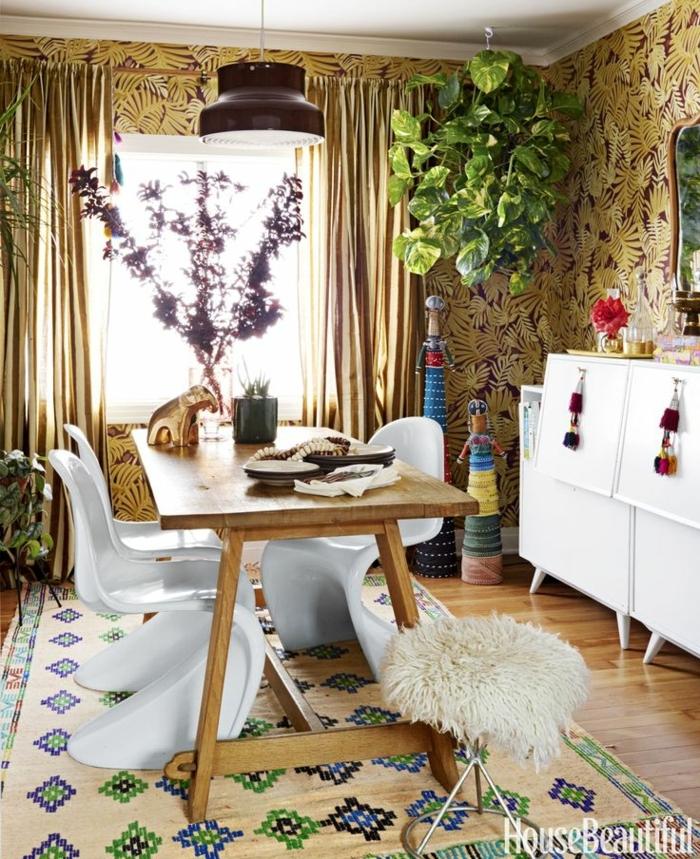 salones modernos, comedor acogedor decorado en estilo boho chic, papel pintado en las paredes con motivos florales, alfombra con motivos étnicos