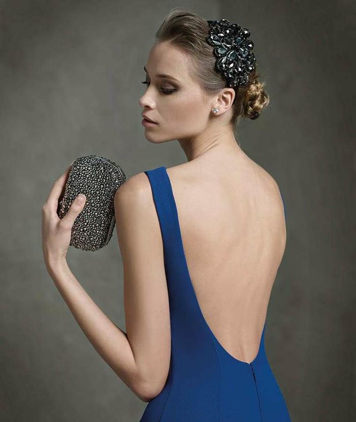vestidos para bodas, idea en azul con espalda abierta, adornos en el peinado, pequeño bolso brillante