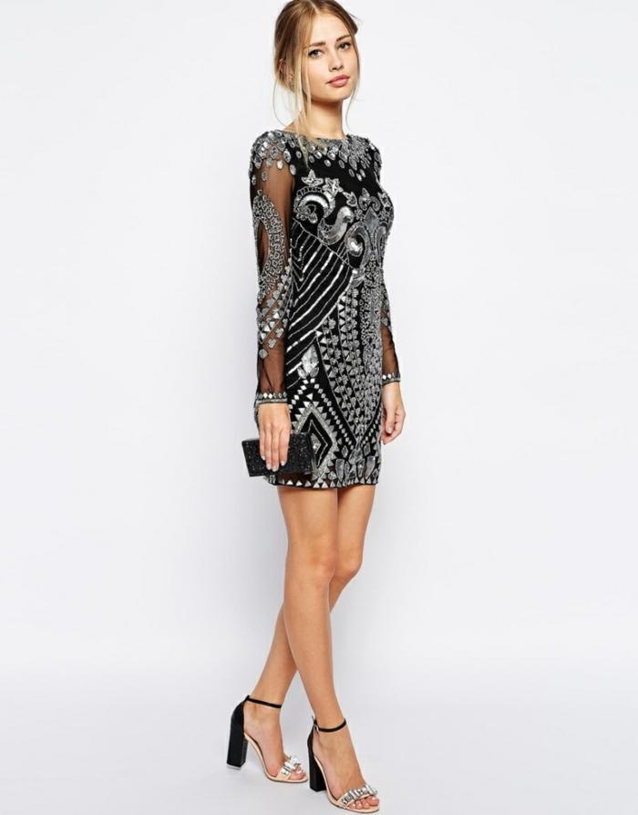 vestidos fiesta cortos, propuesta en negro y plateado, mangas transparentes con decoración, pelo recogido liso, pequeño bolso reluciente