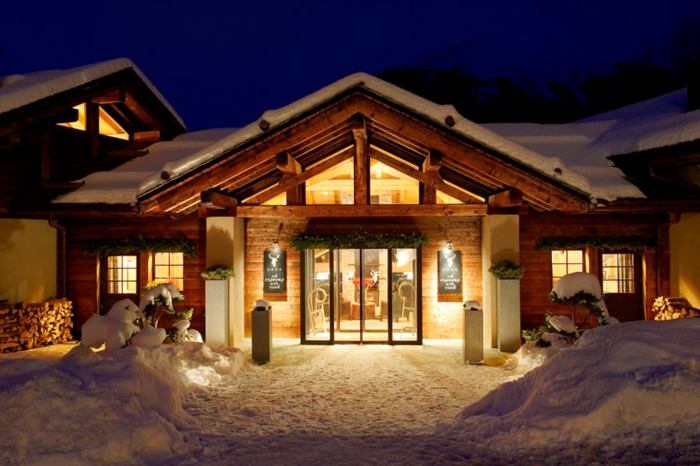 casa de madera, choza encantadora hecha de madera, cabaña en la montaña, ideas de decoración