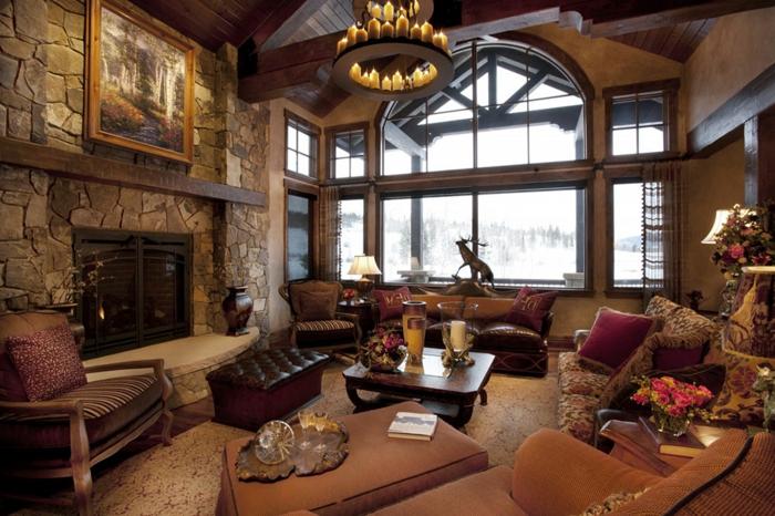 casa de madera, interior decorado en estilo rústico, objetos y muebles vintage, chimenea de leña, candelabro viejo