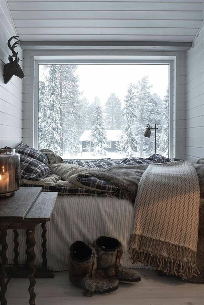 casa de madera, dormitorio de encanto con vista a la montaña, cama doble, mueble auxiliar de madera y decoración rústica en la pared
