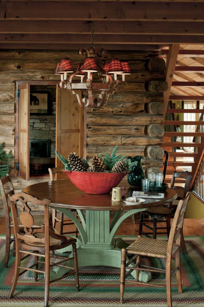 centros de mesa originales, ideas con materiales naturales, comedor en la veranda con centro de mesa de piñas