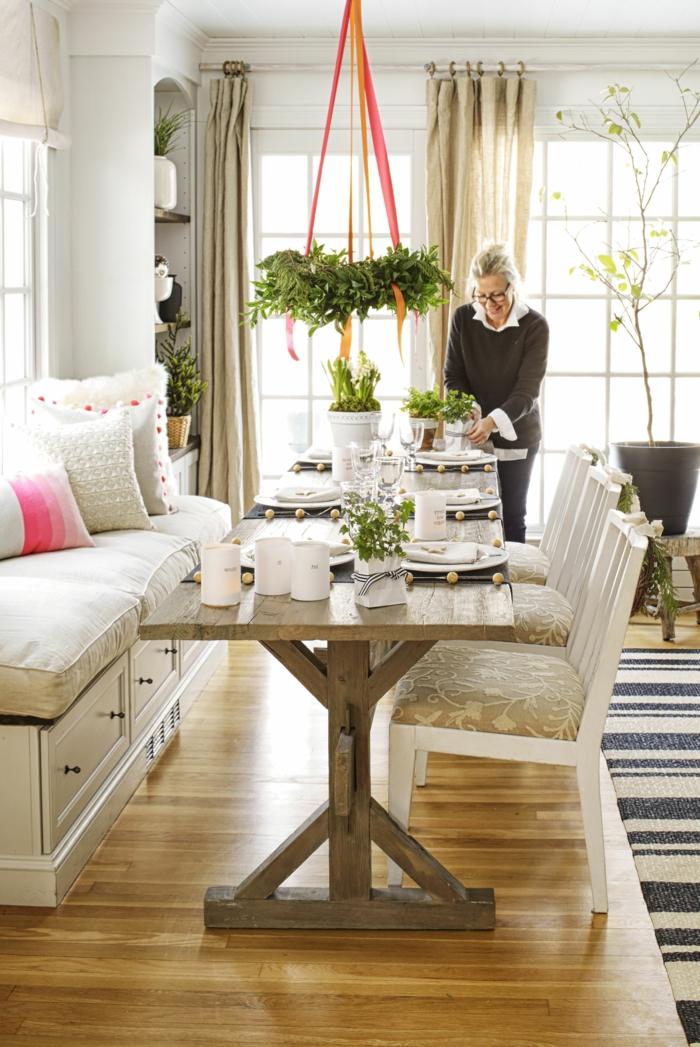 centros de mesa originales, corona de navidad colgante, decoración simple de plantas en un comedor en colores claros