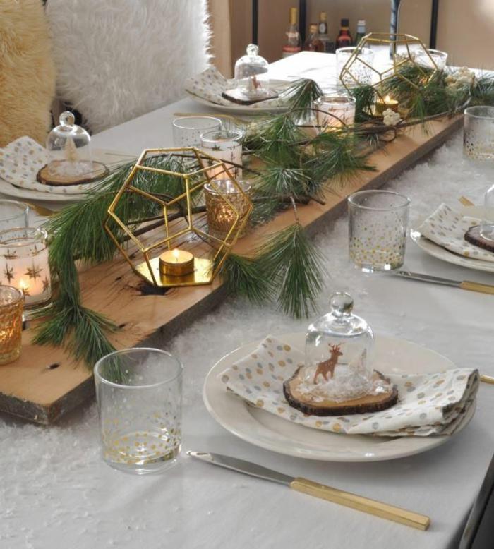 centros de navidad, idea simple con materiales naturales, viga de madera decorada con ramas de pino y globos dorados con pequeñas velas