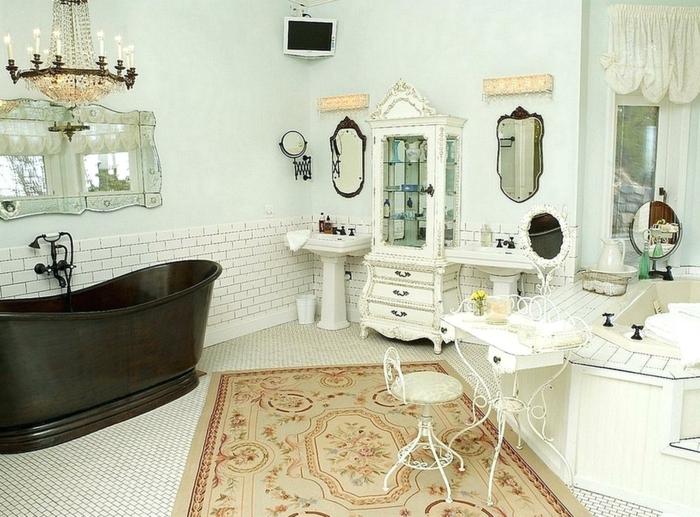 cuartos de baño, propuesta de baño vintage con elementos modernos, bañera de madera, candelabro viejo, alfombra ornamentada