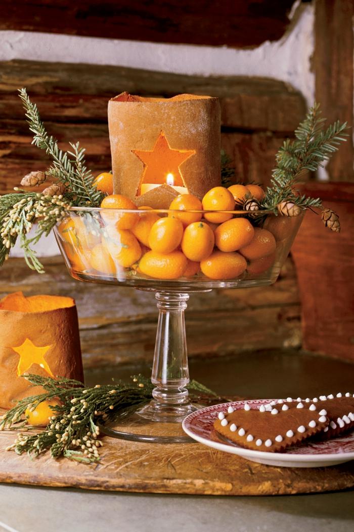 centros de navidad, bonita idea con galletas de navidad, acebo en color amarillo y ramas de pino