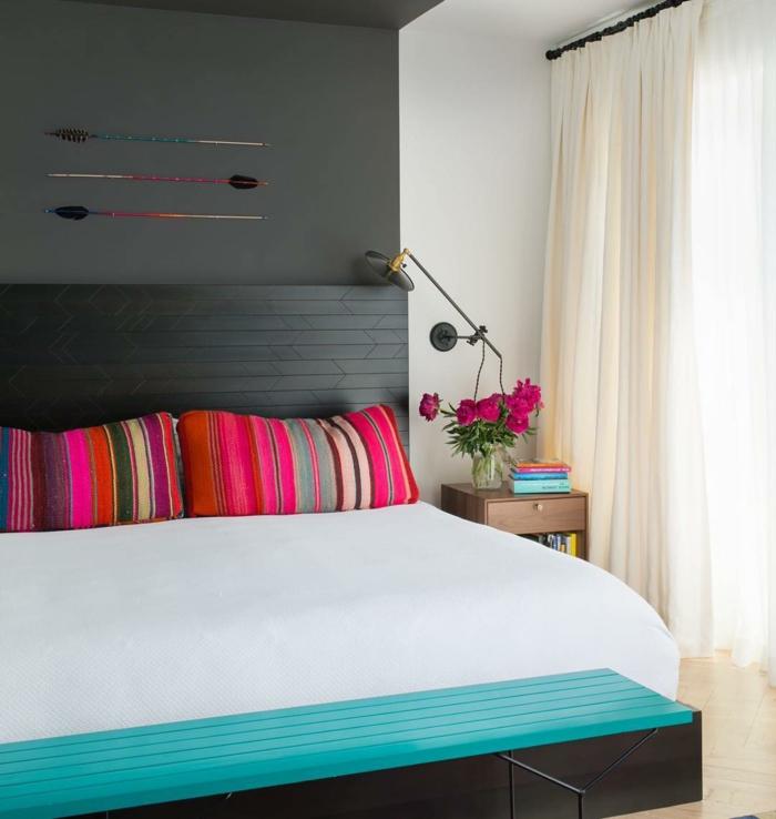 habitaciones modernas, dormitorio pequeño con colores contrastes, pared en gris oscuro, cama de madera con capitoné, detalles en color fucsia