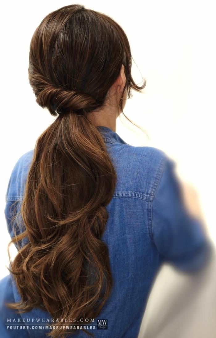 peinados para nochevieja, pelo largo castaño recogido en coleta asimétrica, idea para Nochevieja
