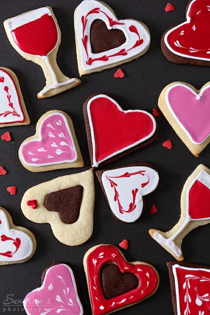 recetas de galletas faciles, idea atractiva, galletas en forma de corazones en diferentes colores, glaseado real fácil de hacer