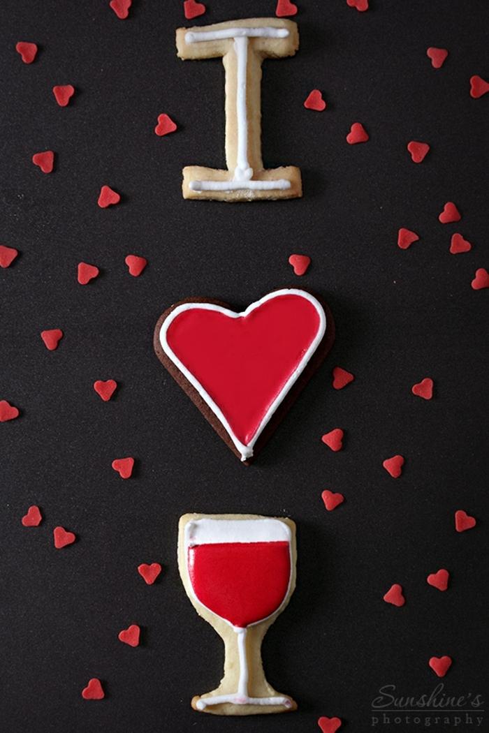galletas faciles de hacer, decoración romántica y original para la cena de navidad, galletas en diferentes formas decoradas en rojo y blanco