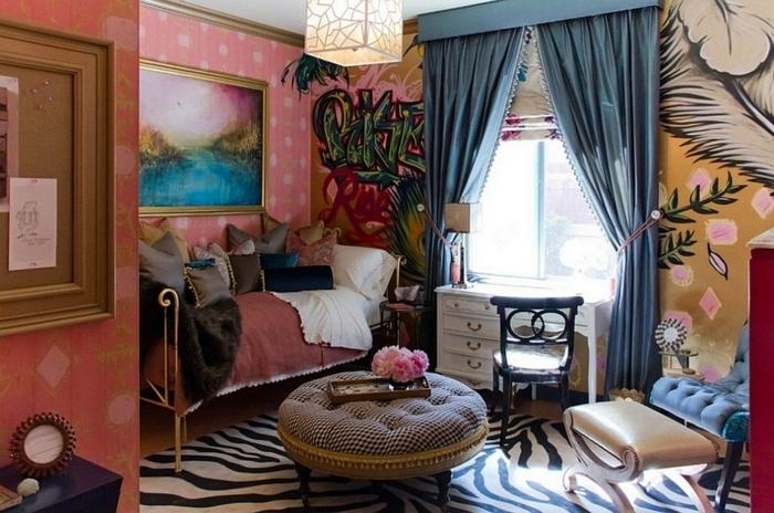 salones modernos, salón pequeño y acogedor con colores metálicos, tonos pastel y elementos en colores cálidos, mesa vintage en capitoné