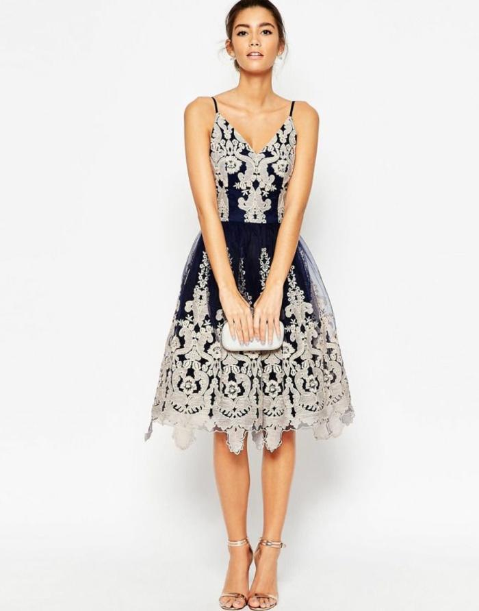vestidos de fiesta largos, elegante vestido en azul oscuro con motivos en color champán, escote en v, sandalias en color claro