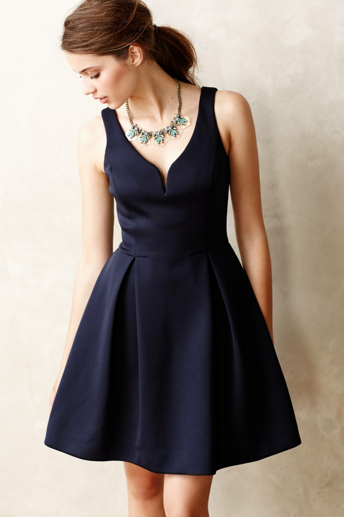 vestidos para bodas, propuesta sofisticada en azul oscuro, escote descubierto, bonita joya en el cuello