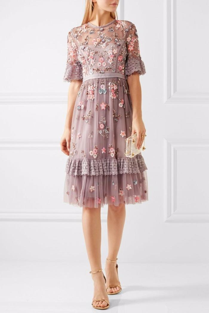 vestidos largos, vestido precioso de visillo en color lila con bordado de flores y estrellas, zapatos en beige