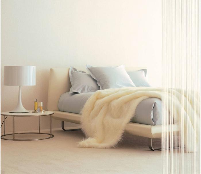 dormitorio matrimonio, bonita idea en blanco y beige, cobija peluda de piel, cama moderna tapizada de piel, mesa de noche oval