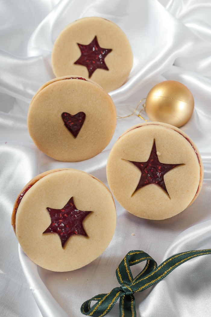 galletas de mantequilla receta, decoracion de estrellas en unos ornamentos ovales, galletas clásicas para navidad