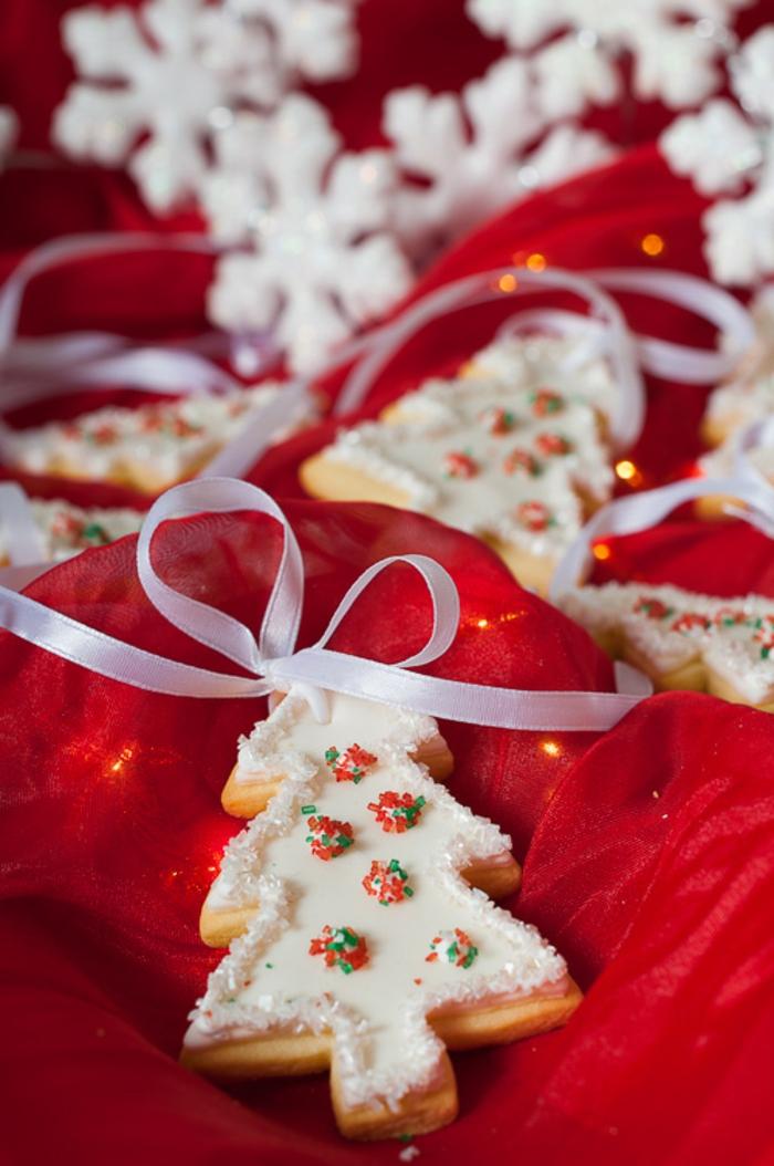 como hacer galletas de navidad, adornos de navidad paso a paso, galletas en forma de pino navideños con efecto de nevado