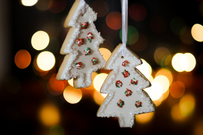 como hacer galletas de navidad, ornamentos para colgar en el árbol, galletas en forma de árbol de navidad blancas