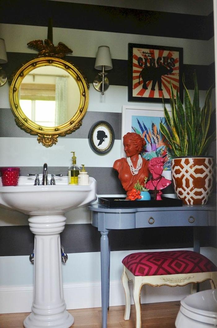 muebles de baño, decoración extravagante en diferentes colores, baño ecléctico, paredes con papel pintado en gris y blanco