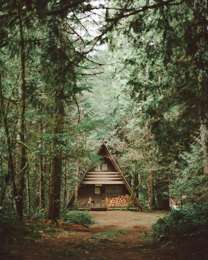 casa de madera, preciosa cabaña del bosque de tamaño pequeño, choza de madera con almacenamiento de leña