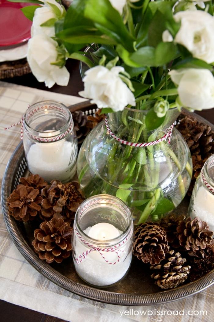 centros de mesa navideños, decoración fácil de hacer, grande jarrón de cristal con flores, piñas decorativas