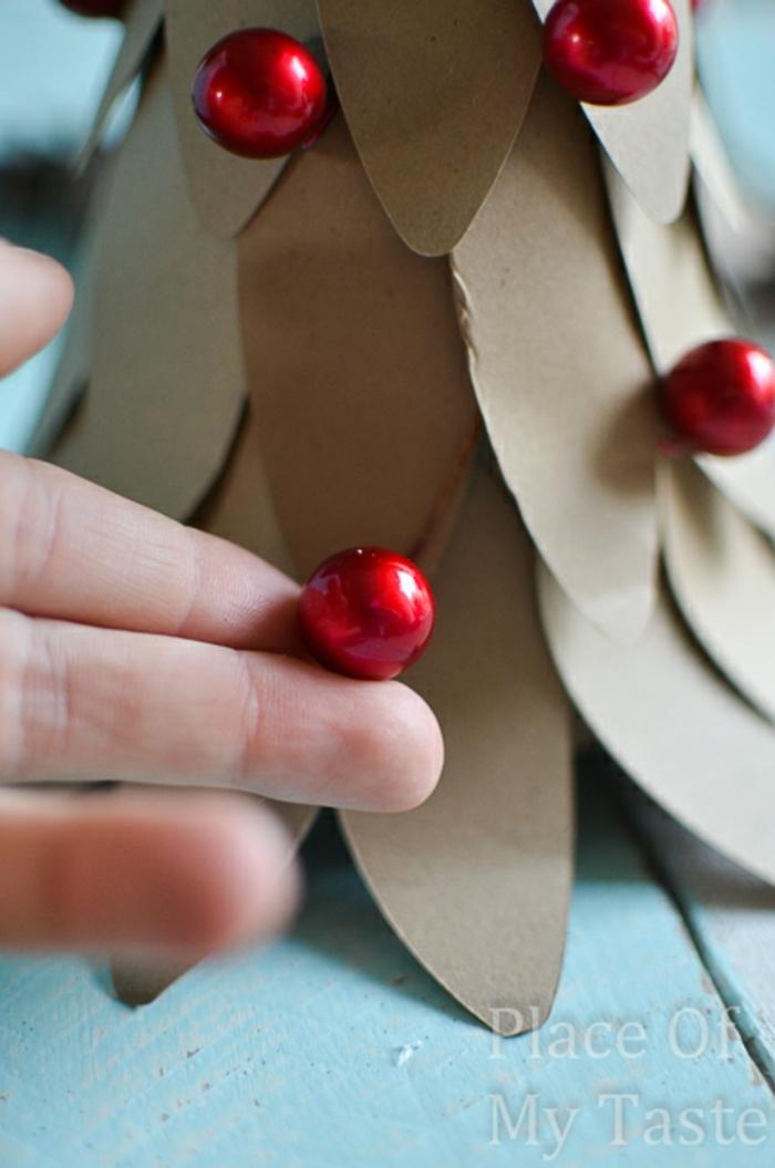 centros de mesa originales, bonito árbol de navidad, decorado con frutas de acebo, manualidades de navidad para niños