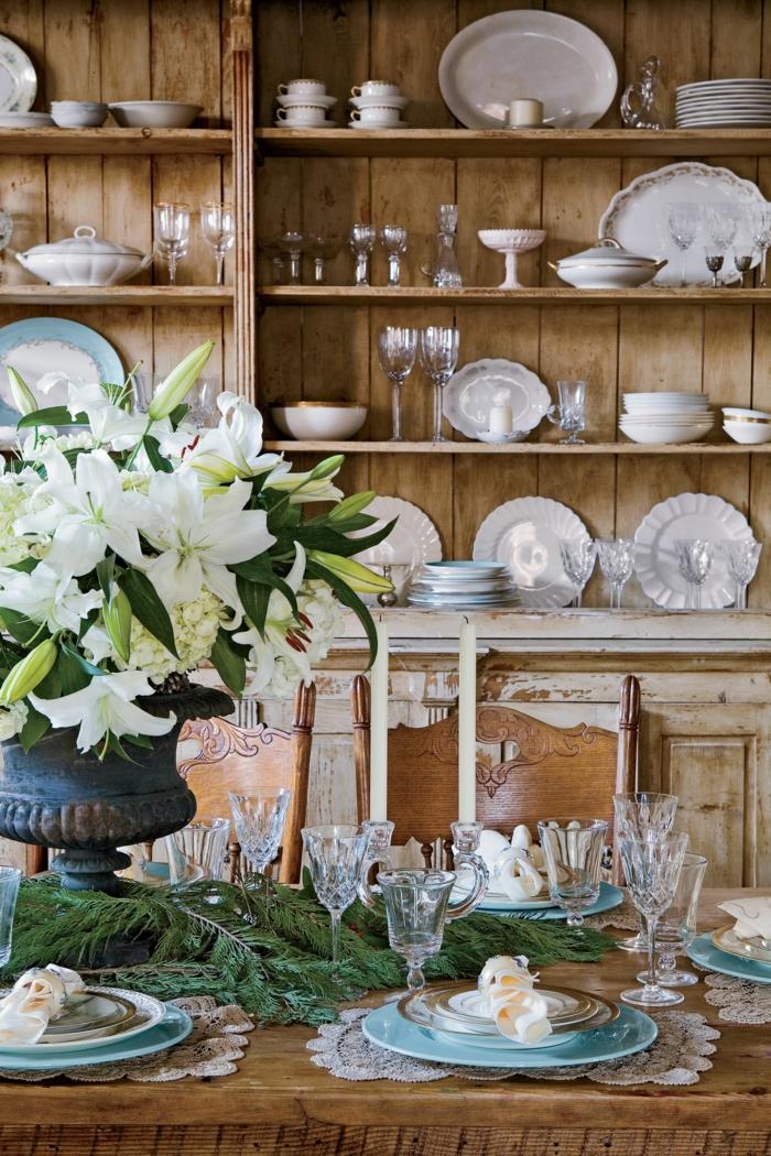 centros de mesa, ideas con flores, grande ramo de flores blancas en jarrón vintage, salón rústico decorado con ramas de pino