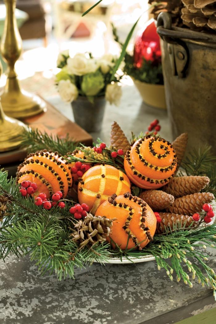 centros de mesa originales, ideas con piñas y naranjas, decoración DIY para navidad, centros de mesa de materiales narturales
