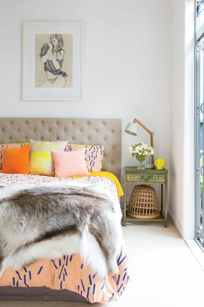 dormitorios de matrimonio, dormitorio en colores calidos, cojines decorativos, cama doble en capitoné, mueble auxiliar de madera