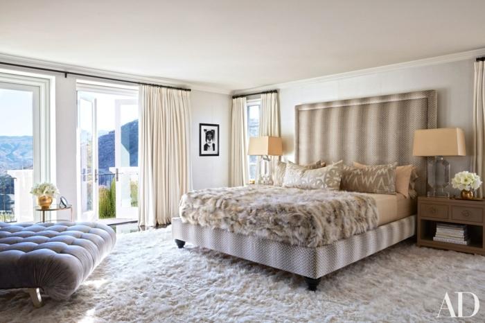 dormitorios de matrimonio, idea de habitación moderna de lujo, mesa tapizada de terciopelo en capitoné, suelo con alfombra peluda en blanco, ventanales con vista
